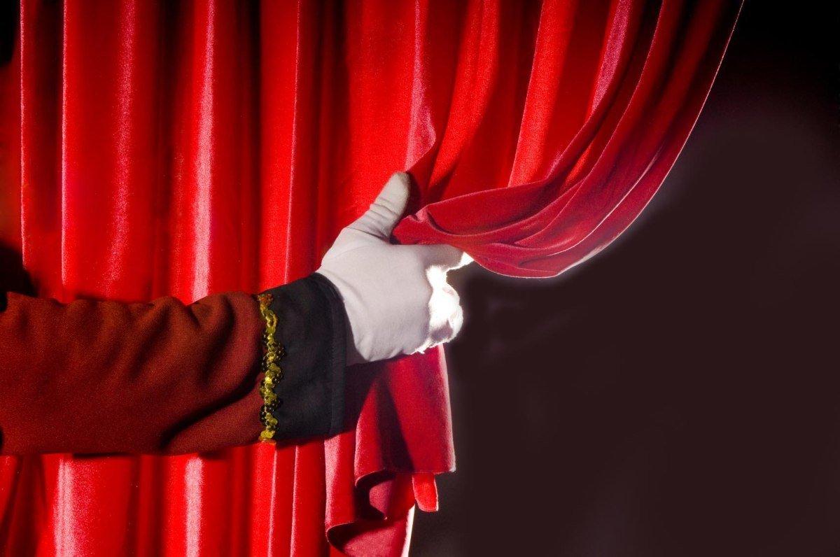 La vita come un palcoscenico: chi siamo sotto le maschere che indossiamo?